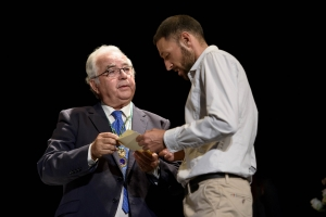 Antonio Marín entrega el accésit del Premio 'Francisco Fernández López'.