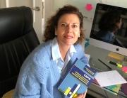 La autora con el libro